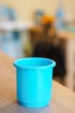 蓝色塑料玩具杯子 免版税库存图片