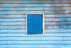 蓝色墙壁和蓝色窗口。 免版税库存图片