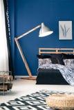 蓝色墙壁和靛蓝床单 免版税库存图片