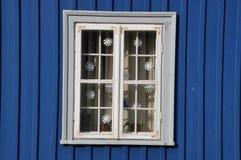 蓝色墙壁白色视窗 免版税库存照片