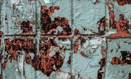 蓝色墙壁铺磁砖与广告老削皮油漆、斑点和小块的纹理背景  库存图片