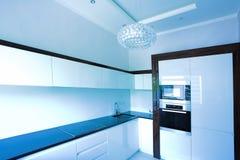 蓝色壁角内部厨房 免版税库存照片