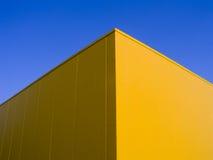 蓝色壁角黄色 库存照片