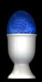 蓝色复活节装煮好带壳蛋之小杯鸡蛋 库存照片