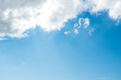 蓝色夏天天空和云彩在明亮的早晨 库存照片