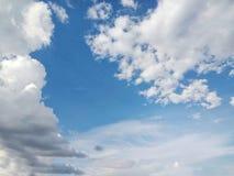 蓝色多云天空是明亮的 免版税库存照片