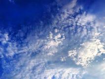 蓝色多云天空背景 免版税图库摄影