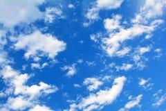 蓝色多云天空,高分辨率图片 库存照片