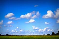 蓝色多云天空 免版税库存照片