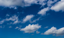 蓝色多云天空 免版税库存图片