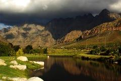 蓝色多云湖lanscape montains天空 免版税库存照片