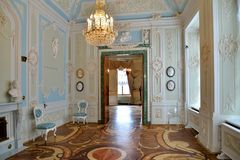 蓝色大厅的内部有木条地板地板的与circula 库存照片