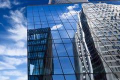 蓝色大厦反映的现代天空 免版税图库摄影