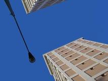 蓝色大厦天空墙壁 免版税图库摄影