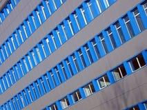 蓝色大厦新的办公室视窗 免版税库存图片