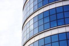 蓝色大厦覆盖反映天空垂直的视图视窗 库存照片