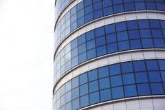 蓝色大厦覆盖反映天空垂直的视图视窗 库存图片