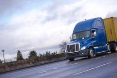 蓝色大在平床上的半半船具卡车运输集装箱 免版税图库摄影