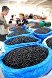 蓝色大袋在一个亚洲市场上的葡萄干 库存图片