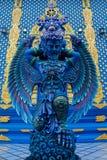 蓝色天使卫兵雕象在Wat荣Suea十蓝色寺庙在泰国 免版税库存图片