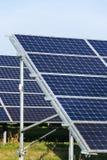 蓝色太阳电池板photovoltaics发电站,未来创新能量概念 免版税库存图片