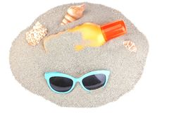 蓝色太阳镜和sunblock用不同的壳 查出 图库摄影