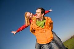 蓝色夫妇愉快跳的天空微笑 免版税库存照片