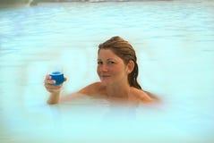 蓝色女孩冰岛盐水湖 免版税库存图片