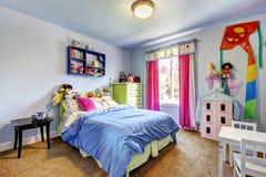 蓝色女孩卧室内部。 儿童居室。 免版税图库摄影