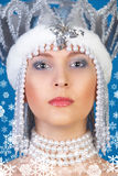 蓝色女孩在冬天 免版税库存图片