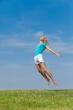 蓝色女孩纵向天空 免版税库存照片