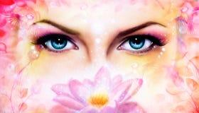 蓝色妇女注视放光迷惑从开花的ro的后面 库存照片
