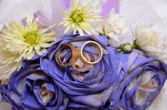 蓝色婚礼花束和圆环 婚姻花束的美丽的蓝色和白色鲜花 免版税库存照片