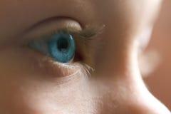 蓝色子项注视年轻人 免版税库存照片