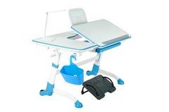 蓝色学校书桌、蓝色篮子、台灯和黑支持在腿下 免版税库存图片