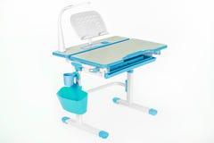 蓝色学校书桌、蓝色篮子和台灯 免版税库存照片