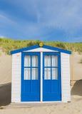 蓝色客舱或小屋在海滩 免版税库存照片