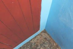 蓝色室外角落和红色门 图库摄影