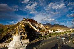 蓝色宫殿potala天空stupa藏语 免版税库存图片