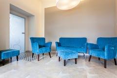 蓝色家具、沙发和蒲团 免版税库存图片