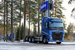 蓝色富豪集团卡车在冬天 库存照片
