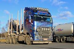 蓝色富豪集团采伐的卡车 库存照片