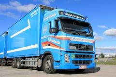 蓝色富豪集团FH12 500长的运输卡车 免版税图库摄影