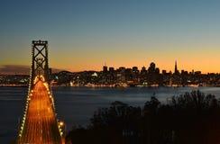 蓝色小时在城市,在桥梁 图库摄影