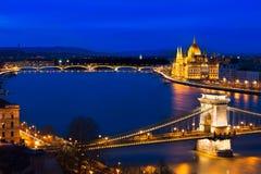 蓝色小时在有Szechenyi铁锁式桥梁的布达佩斯,匈牙利 免版税库存图片