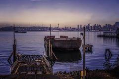 蓝色小时日出和生锈的金属Bargen 免版税库存图片