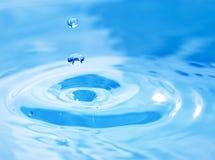 蓝色小滴落的水 库存照片