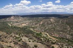 从蓝色小点足迹洛斯阿拉莫斯白色岩石新墨西哥的看法 免版税图库摄影