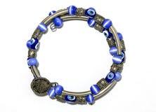 蓝色小珠和银镯子 库存图片