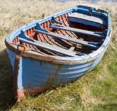 蓝色小船划船 免版税库存照片